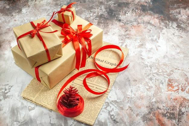 Widok z przodu prezenty świąteczne z czerwonymi kokardkami na białym tle