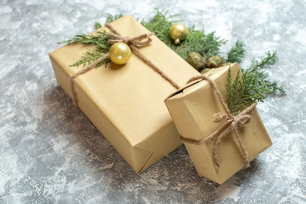 Widok z przodu prezenty świąteczne z zieloną gałązką na białym tle