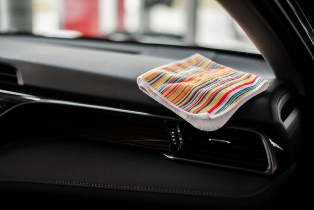 Widok z przodu prochowiec wewnątrz samochodu