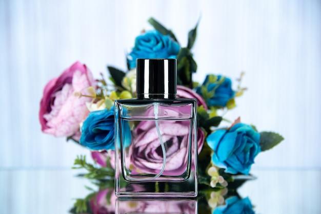 Widok z przodu prostokątnej butelki perfum w kolorze kwiatów
