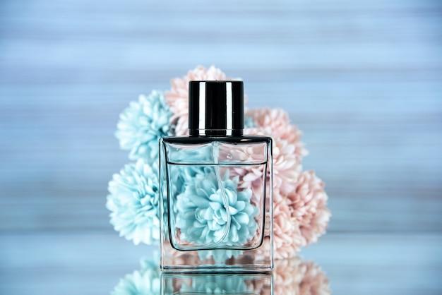 Widok z przodu prostokątnych kwiatów butelek perfum