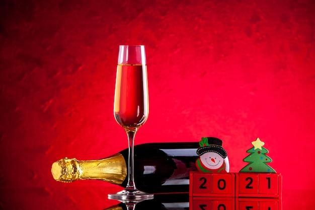 Widok z przodu przewrócona butelka wina kieliszek do wina drewniane klocki