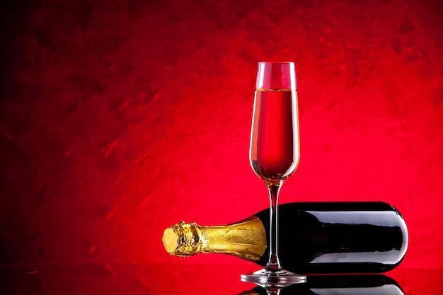 Widok z przodu przewrócony kieliszek do wina z butelki wina