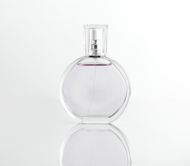 Widok z przodu przezroczysta szklana butelka perfum z pokrywką