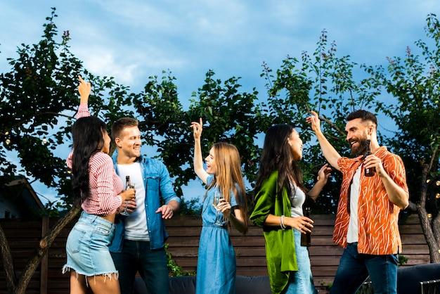 Widok z przodu przyjaciele tańczą razem