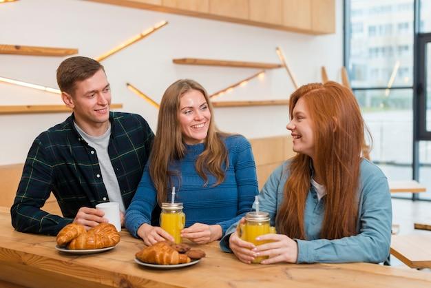 Widok z przodu przyjaciół rozmawia przy stole