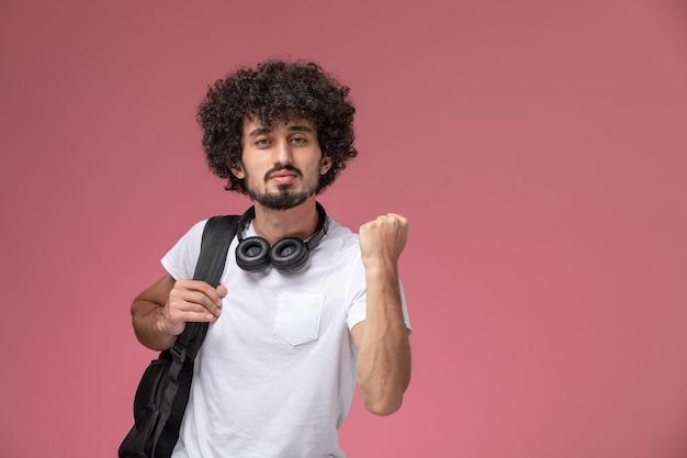 Widok z przodu przystojny facet ściskając rękę ze słuchawkami i torbą