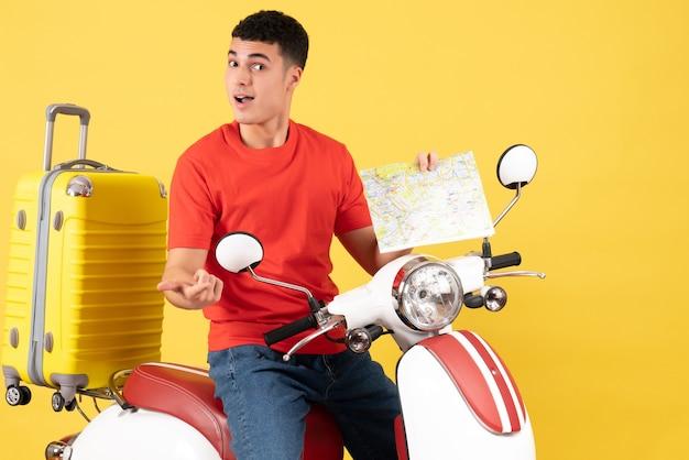 Widok z przodu przystojny mężczyzna na mapie gospodarstwa motoroweru