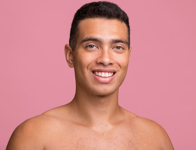 Widok z przodu przystojny mężczyzna pozowanie bez koszuli