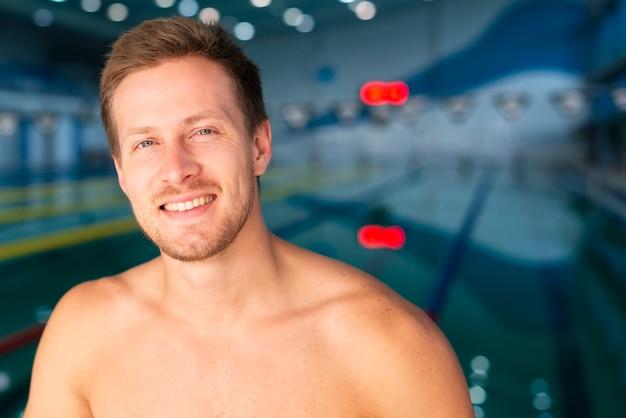Widok z przodu przystojny mężczyzna w basenie