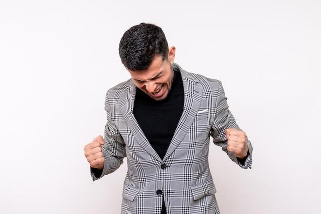 Widok z przodu przystojny mężczyzna w garniturze pokazując zwycięski gest stojący na białym tle