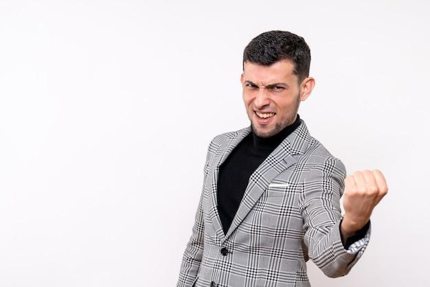 Widok z przodu przystojny mężczyzna w garniturze pokazując zwycięski gest stojący na na białym tle