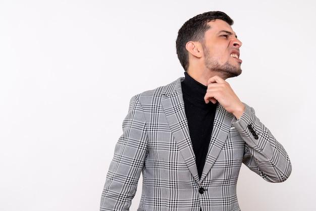 Widok z przodu przystojny mężczyzna w garniturze, trzymając się za gardło, stojąc na białym tle