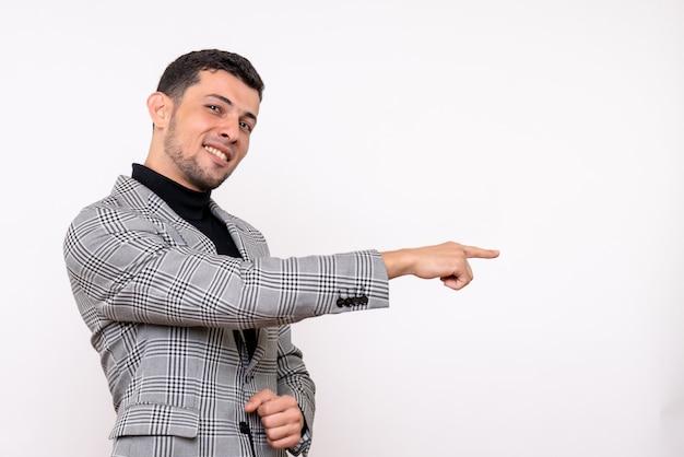 Widok z przodu przystojny mężczyzna w garniturze, wskazując na właściwą pozycję na białym tle