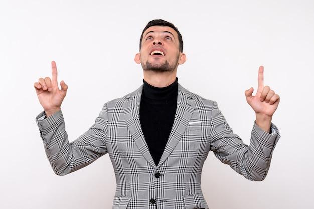 Widok z przodu przystojny mężczyzna w garniturze, wskazując palcami, stojąc na białym tle