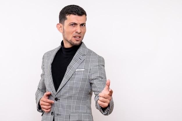 Widok z przodu przystojny mężczyzna w garniturze, wskazując palcem coś stojącego na na białym tle