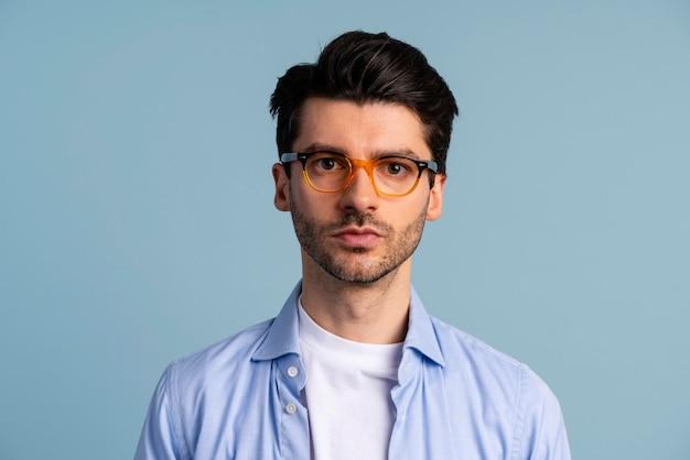 Widok z przodu przystojny mężczyzna w okularach