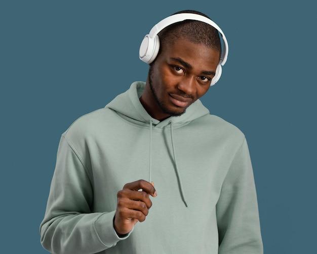 Widok z przodu przystojny mężczyzna ze słuchawkami