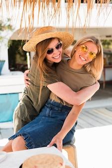 Widok z przodu przytulanie młodych kobiet