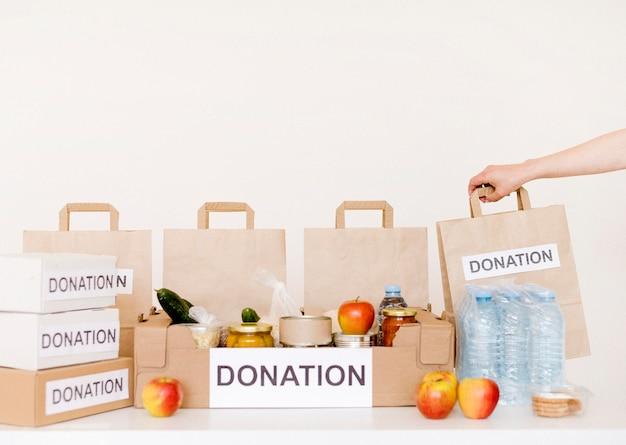 Widok z przodu pudełek na datki i toreb z żywnością