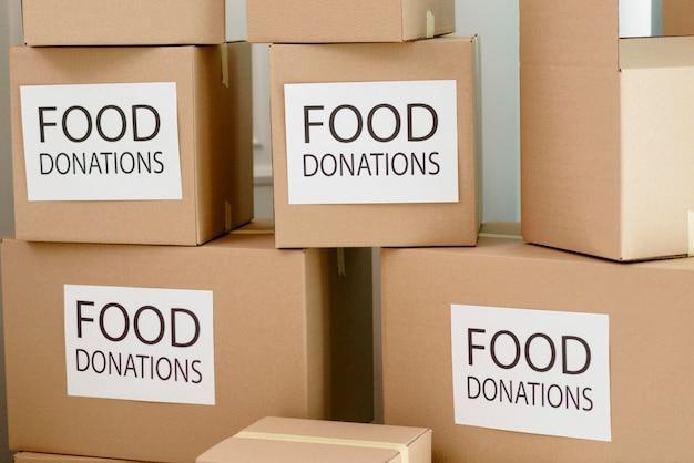 Widok z przodu pudełek z zapasami na darowizny