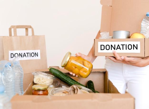 Widok z przodu pudełka przygotowywanego z żywnością do darowizny