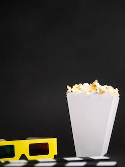 Widok z przodu pudełko popcornu gotowe do podania