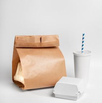 Widok z przodu puste opakowania kubków fast food i burgerów z papierową torbą