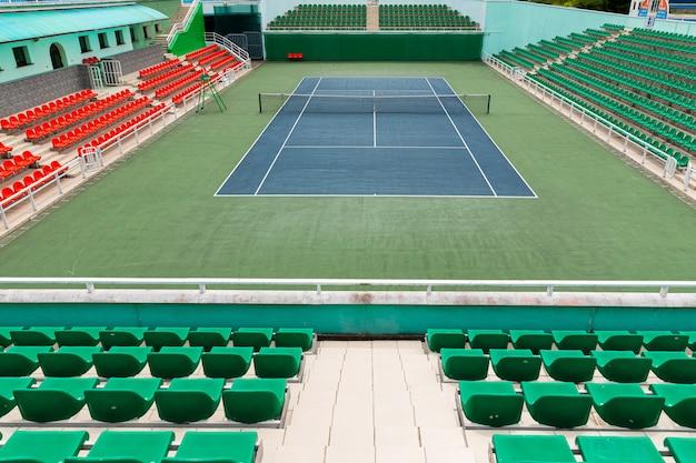 Widok z przodu pustego kortu tenisowego przed rozpoczęciem zawodów