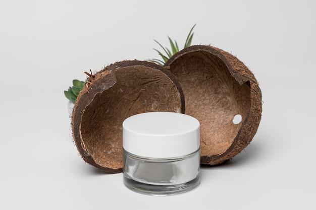 Widok z przodu pustego pojemnika na kosmetyki z kokosem
