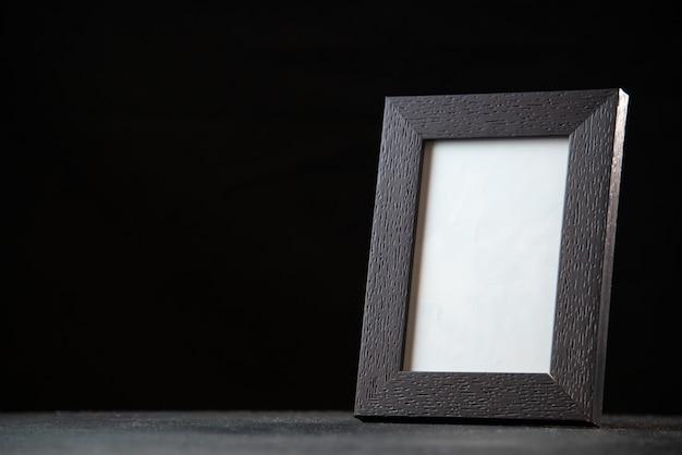 Widok z przodu pustej ramki na zdjęcia w ciemności