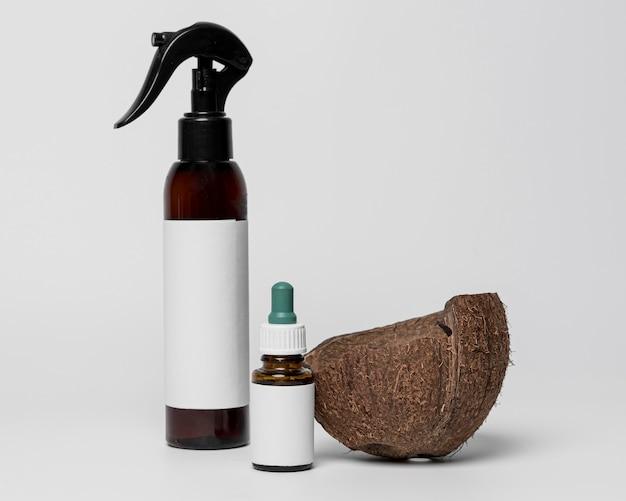 Widok z przodu pustych pojemników produktów kosmetycznych z kokosem