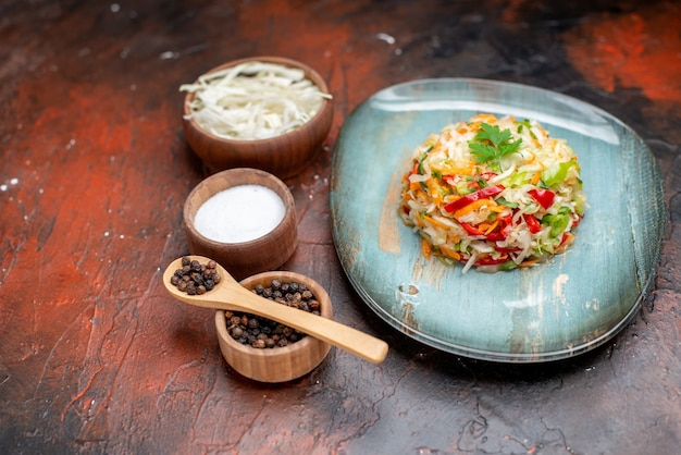Widok z przodu pyszna sałatka jarzynowa z pokrojoną kapustą na ciemnym kolorze dojrzałe zdrowe życie zdjęcie posiłek jedzenie