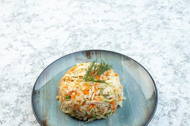 Widok z przodu pyszna sałatka z kurczaka okrągły kształt wewnątrz talerza na białym tle posiłek zdrowie dieta jedzenie przekąska danie świąteczne