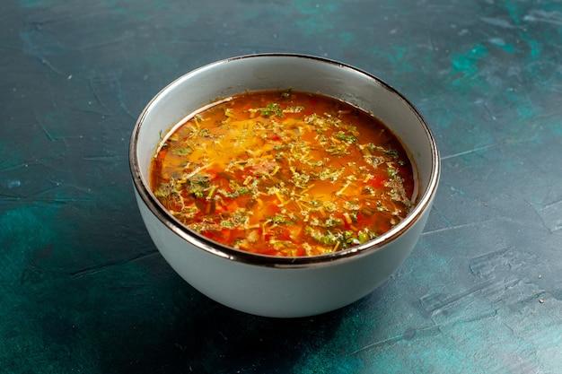 Widok z przodu pyszna zupa jarzynowa wewnątrz płyty na ciemnozielonej powierzchni