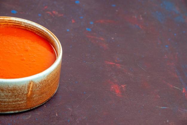 Widok z przodu pyszna zupa pomidorowa gotowana ze świeżych pomidorów na ciemnej przestrzeni