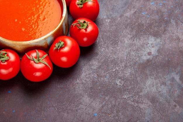 Widok z przodu pyszna zupa pomidorowa ze świeżymi czerwonymi pomidorami na ciemnej przestrzeni