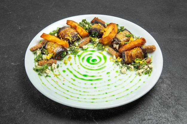 Widok z przodu pyszne bułeczki z bakłażana z pieczonymi ziemniakami wewnątrz talerza na ciemnym tle danie posiłek bułka obiadowa ziemniaki warzywa