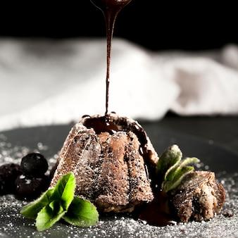 Widok z przodu pyszne ciasto czekoladowe