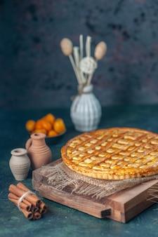 Widok z przodu pyszne ciasto kumkwat na ciemnoniebieskim tle