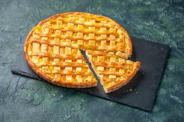 Widok z przodu pyszne ciasto kumkwatowe z pokrojonym jednym kawałkiem na ciemnym tle