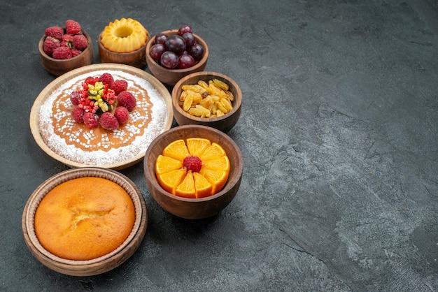 Widok z przodu pyszne ciasto malinowe z owocami i rodzynkami na szarym tle jagodowe słodkie ciasto owocowe ciasto biszkoptowe ciastko