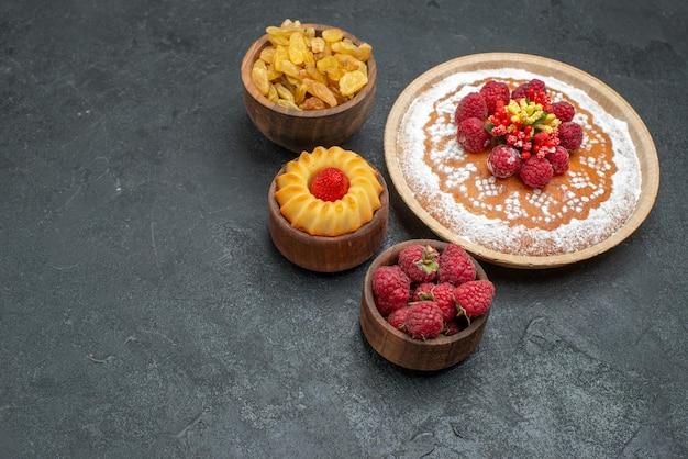 Widok z przodu pyszne ciasto malinowe z rodzynkami na szarym tle ciasto herbatniki cukrowe ciastko herbata słodkie ciasto