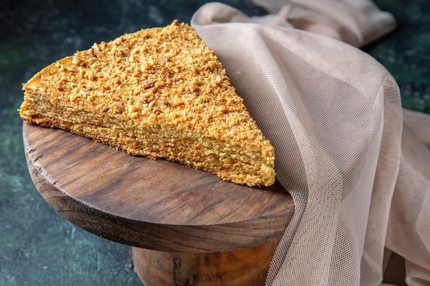 Widok z przodu pyszne ciasto miodowe kawałek na okrągłej drewnianej desce ciemnej powierzchni