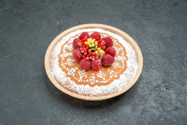 Widok z przodu pyszne ciasto z cukrem pudrem i malinami na szarym tle ciasto ciasto owocowe jagodowe słodkie ciasteczko