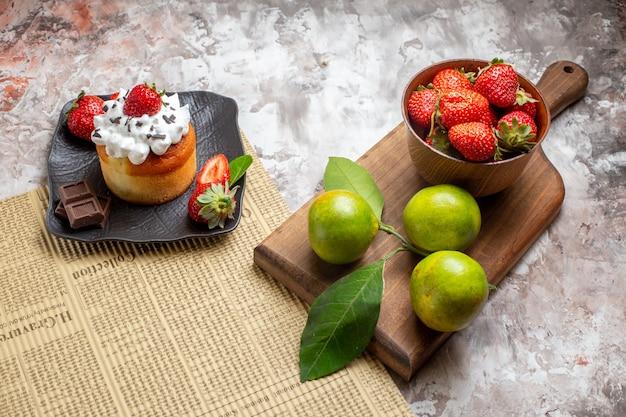 Widok z przodu pyszne ciasto z owocami na jasnym tle ciasto deserowe w kolorze biszkoptowym
