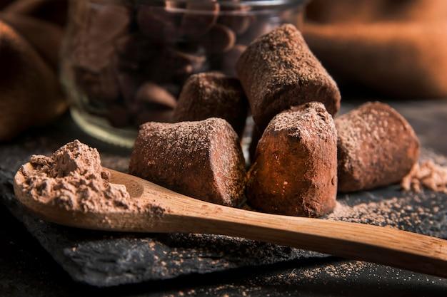 Widok z przodu pyszne czekoladowe przekąski z bliska
