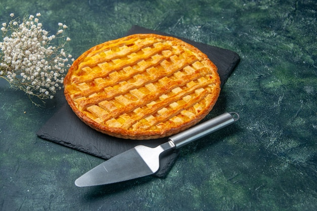 Widok z przodu pyszne galaretki ciasto na granatowym kolorze powierzchni piec cukier deser herbatniki herbaciane ciasto ciasto piekarnicze