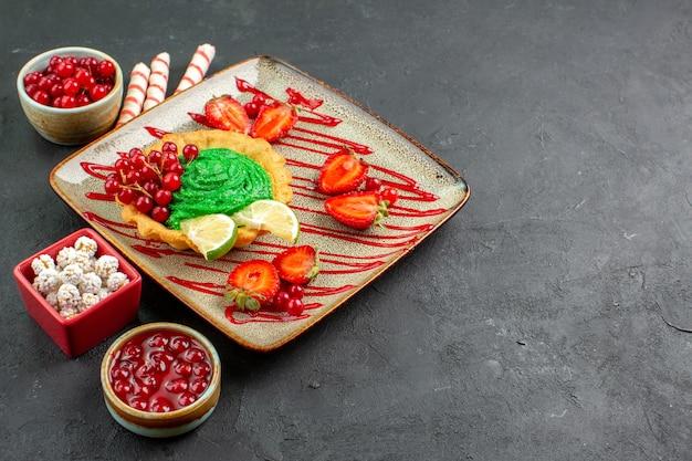 Widok z przodu pyszne kremowe ciasto z owocami