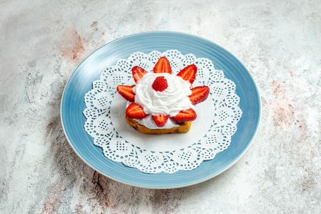 Widok z przodu pyszne małe ciasto ze śmietaną i truskawkami na białej przestrzeni